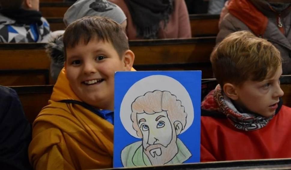 Film do artykułu: Marsz Świętych 2019 w Sławnie 31.10. Dzieci przebrały się za świętego Mikołaja, Józefa czy Jana Pawła II