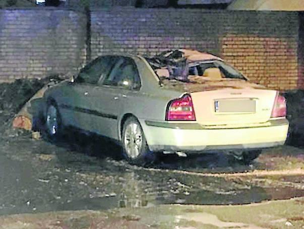 Nasz Czytelnik przysłał nam zdjęcie zniszczonego samochodu - drzewo, które się przewróciło, wgniotło maskę auta, dach, rozbite zostały szyby; drzewo