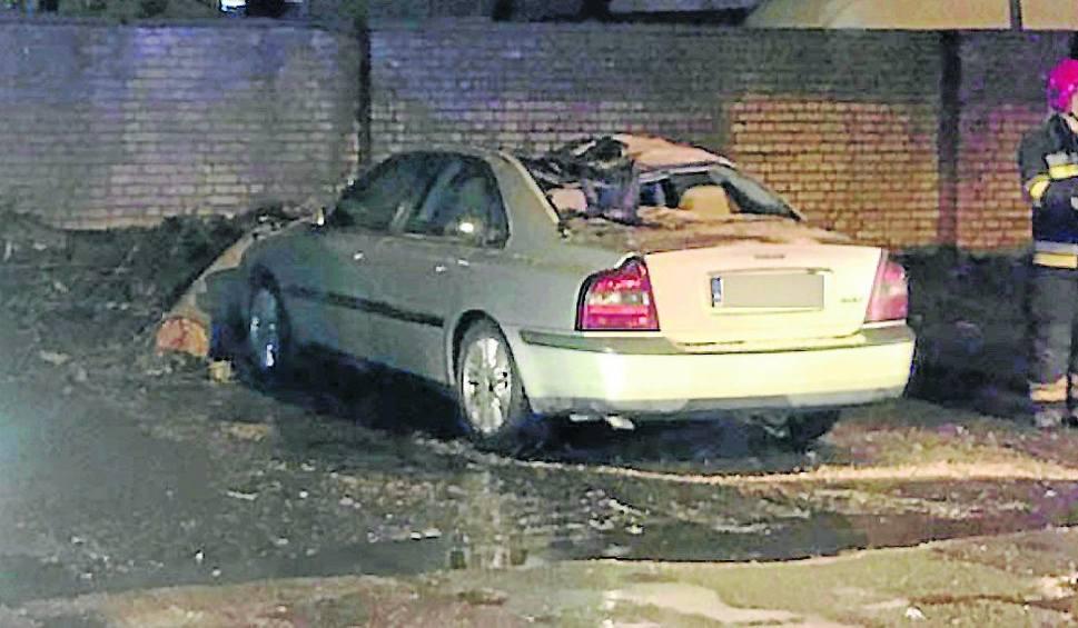 Film do artykułu: Drzewo spadło na auto. Mieszkańcy proszą o pomoc