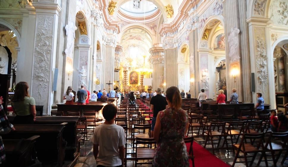 Film do artykułu: Rośnie liczba apostazji na Śląsku, a ponad 60 proc. wiernych nie chodzi na niedzielną mszę. Jak Kościół chce zażegnać kryzys?