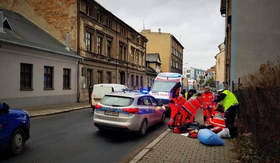 Film do artykułu: Co za akcja! Bielscy policjanci uratowali mężczyznę leżącego na chodniku