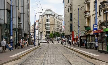 W niedzielę około 4 nad ranem na przystanku tramwajowym przy ulicy Wrocławskiej dziewczyna straciła przytomność i zaczęła krztusić się własnym język