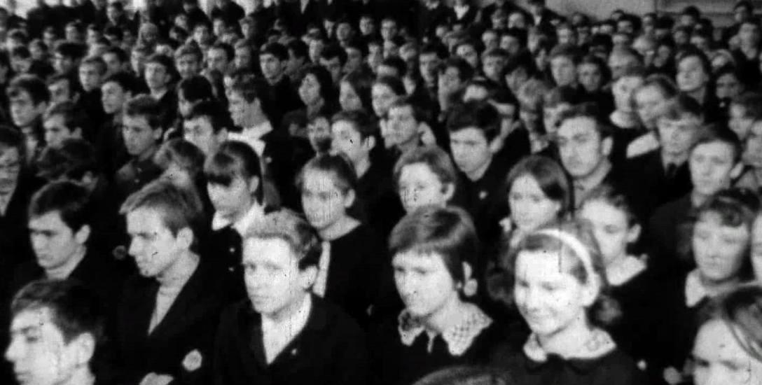 Bydgoski elektronik prosi, aby osoby, które rozpoznają się na archiwalnym filmie sprzed 50 lat, zgłaszały się do sekretariatu szkoły.