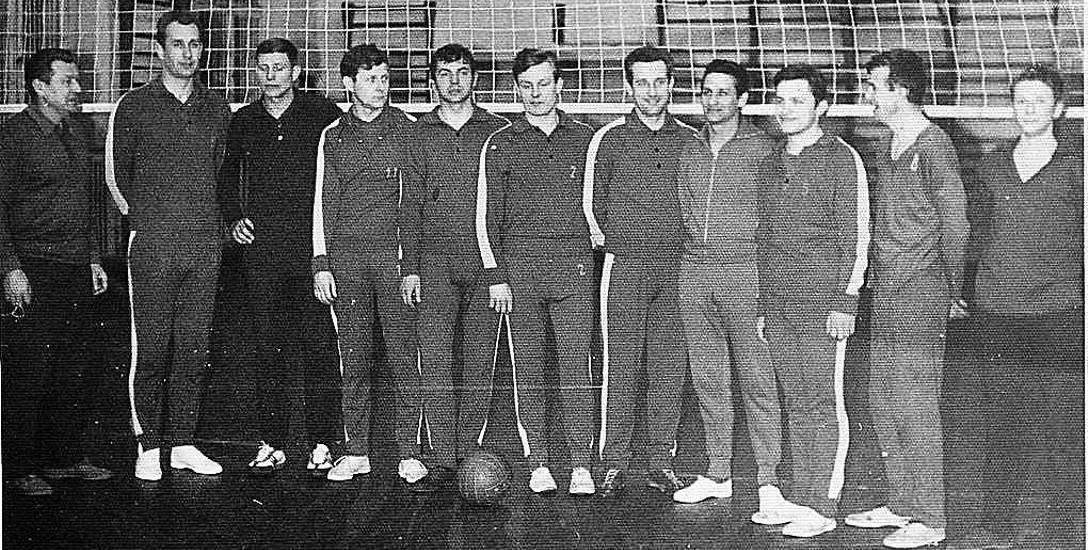 Rok 1969, III-ligowy zespół KKS Darzbór Szczecinek, drugi z lewej kapitan Zdzisław Konopiołko, który już w 1952 roku grał w I lidze w Unii