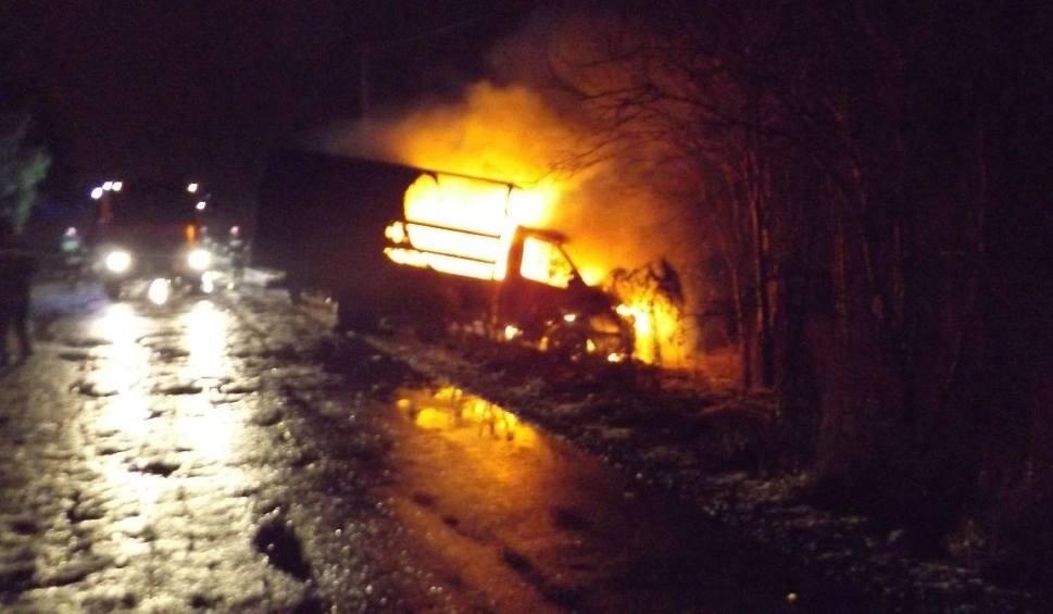 Film do artykułu: Pożar samochodu w Kielcach. Samochód się spalił, kierowca przepadł