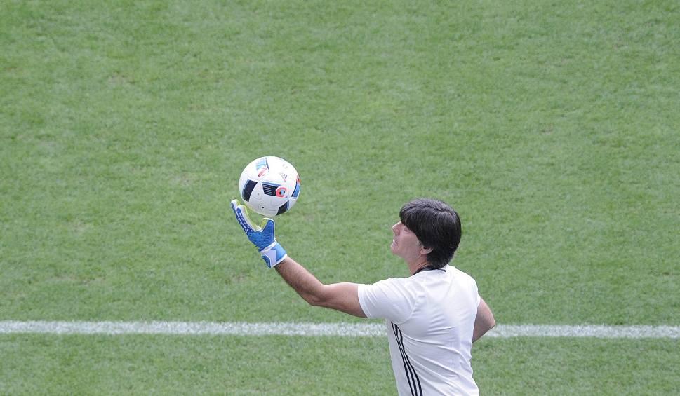 Film do artykułu: FIFA karze, Loew motywuje. Niemcy chcą przeskoczyć wysoką poprzeczkę.