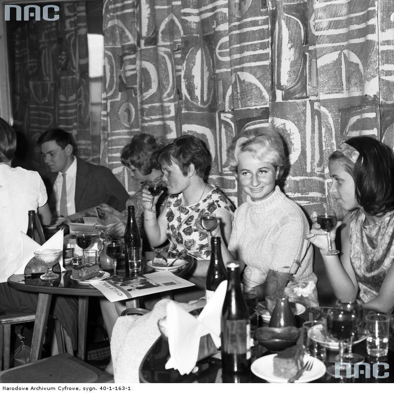 """Spotkanie Związku Młodzieży Socjalistycznej w restauracji """"Hawana"""" w Warszawie.  Zobacz zdjęcie w zbiorach NAC"""