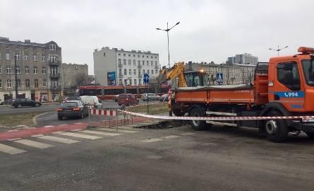 Trwa usuwanie awarii wodociągowej, do której doszło na skręcie z ul. Targowej w al. Piłsudskiego (w kierunku zachodnim).