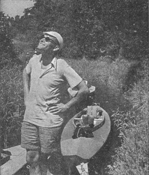 Karol Wojtyła na spływie kajakowym.