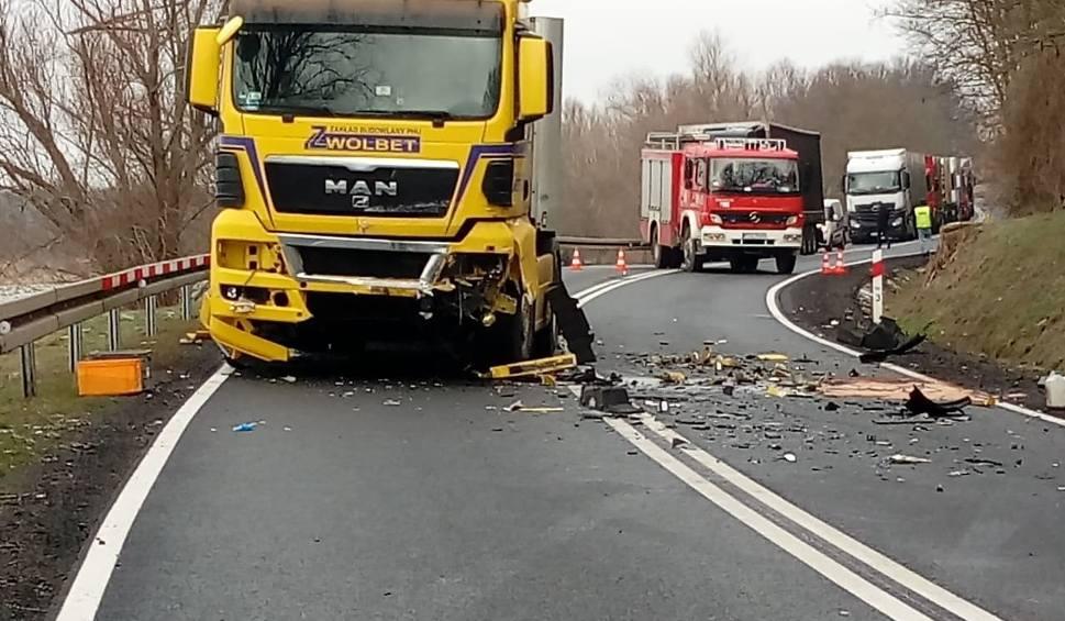 Film do artykułu: KRYMINALNY CZWARTEK. Tragiczny wypadek na drodze krajowej nr 31. Zginęły dwie osoby. Jak doszło do tragedii?