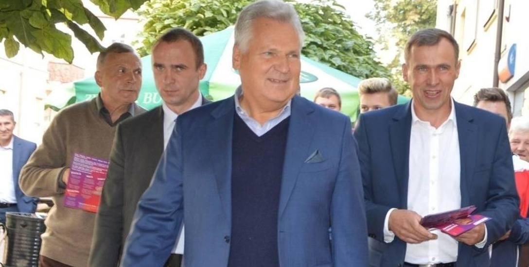 Aleksander Kwaśniewski podczas spaceru ulicami Łowicza