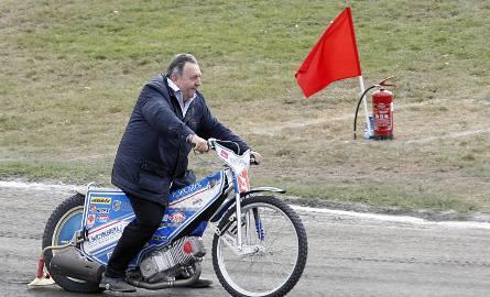 Prezes Orła Witold Skrzydlewski po raz ostatni wykona rundę honorową na starym torze Orła. Po meczu wjadą tu buldożery...