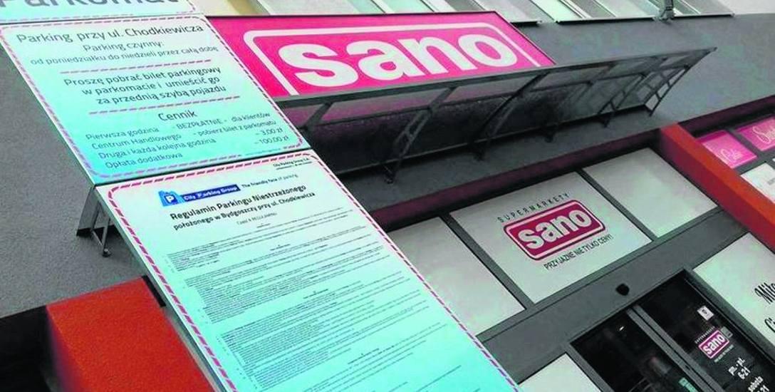 """Przed sklepem """"Sano"""" przy ul. Chodkiewicza, gdzie jeszcze niedawno parking był darmowy, pojawiły się cenniki."""