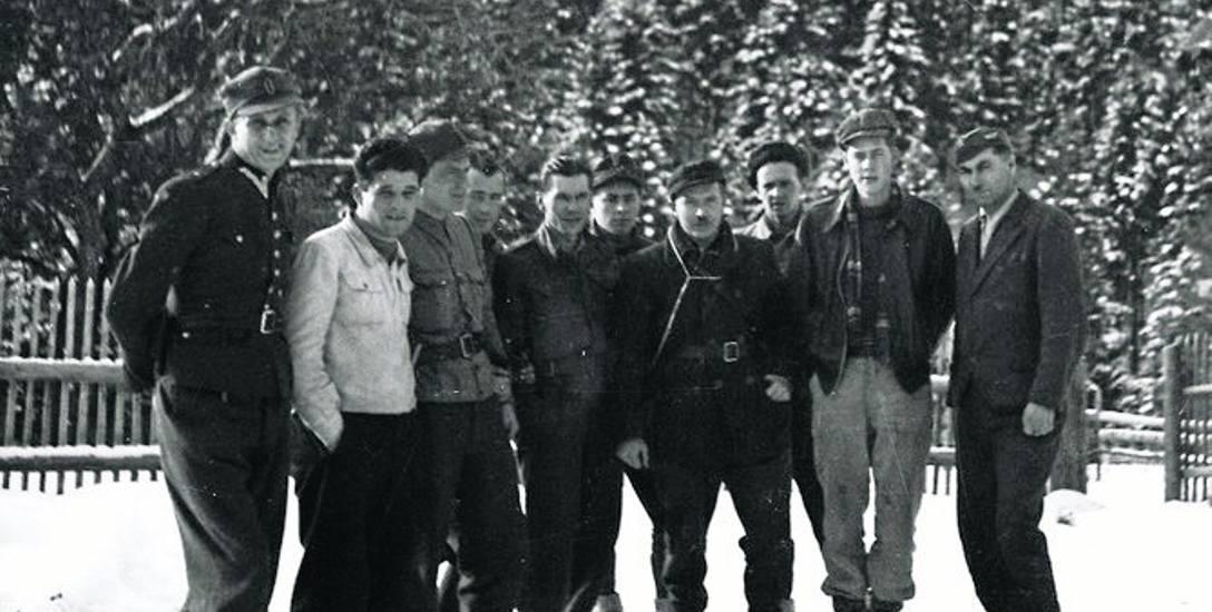 Alianccy lotnicy w towarzystwie partyzantów Armii Krajowej.