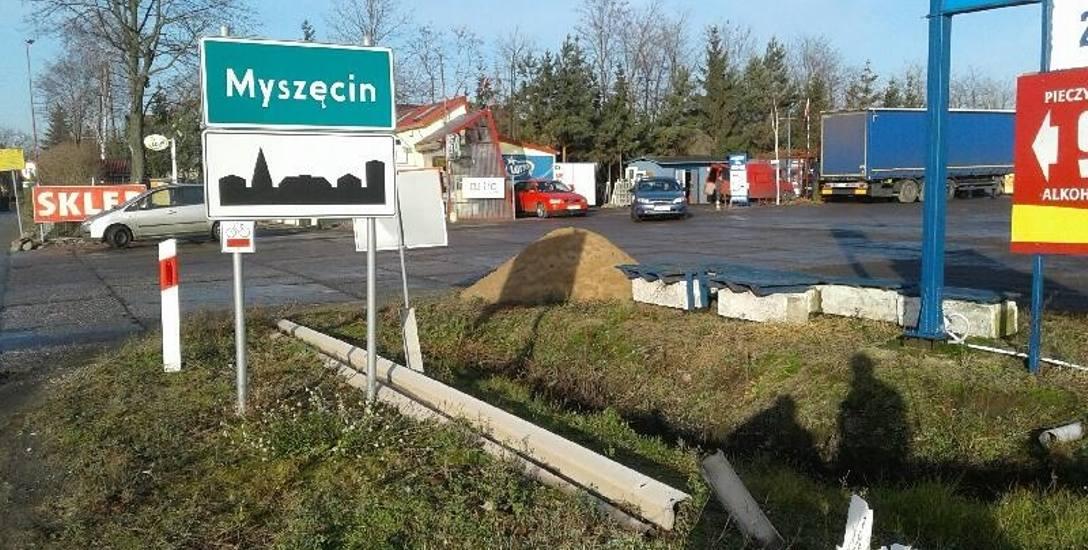 Uszkodzona bariera przy skrzyżowaniu w Myszęcinie