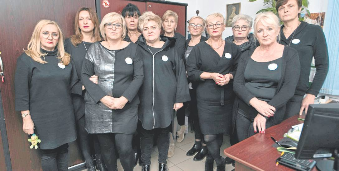 Na zdjęciu 11 pracownic Miejskiego Ośrodka Pomocy Społecznej w Darłowie, które dołączyły do ogólnopolskiego protestu. Domagają się m.in. wzrostu wyn