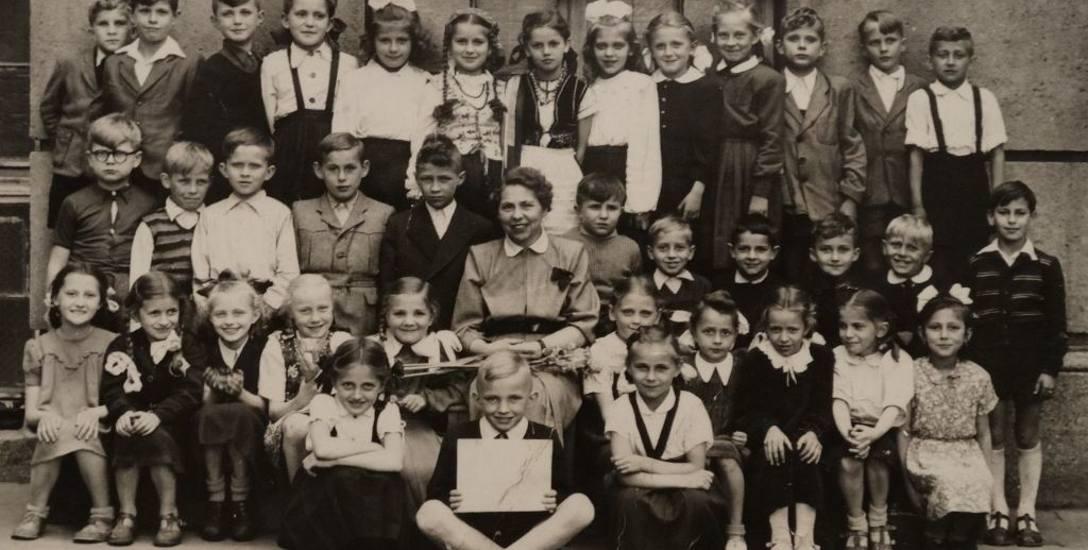 1955 r. Wspólne zdjęcie uczniów III klasy Szkoły Ogólnokształcącej stopnia podstawowego i licealnego im. Mikołaja Kopernika w Bydgoszczy, ul. Nowodworska