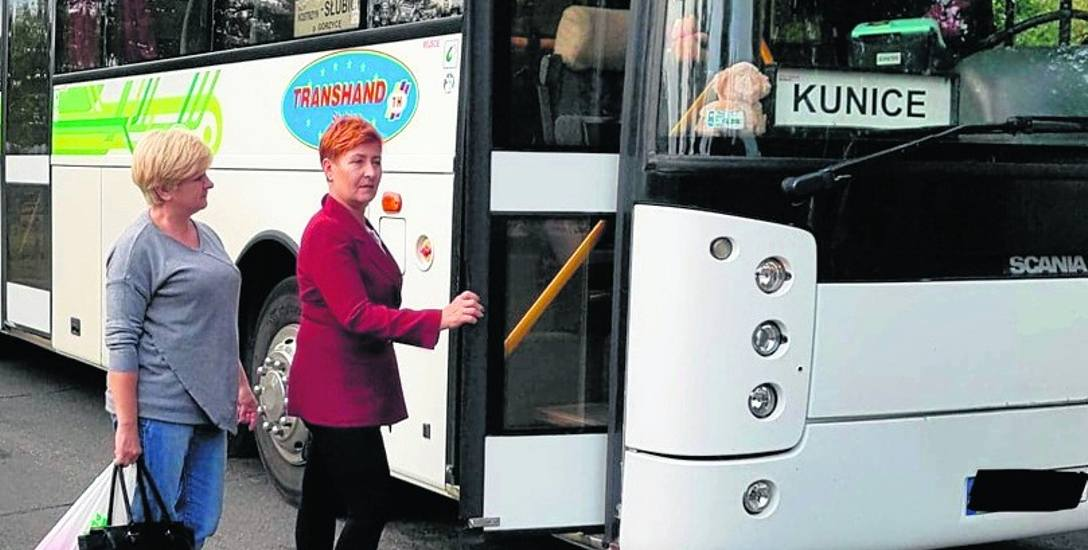 – Jest ciężko. We wsi nie ma sklepu, lekarza, poczty. Z każdą sprawą trzeba jechać do Słubic – mówi Ewa Guzik, sołtys Kunic (przy autobusie).