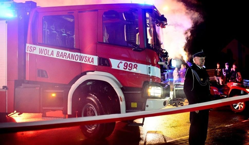 Film do artykułu: Strażacy z Woli Baranowskiej hucznie przyjęli nowy samochód. Kosztował ponad milion