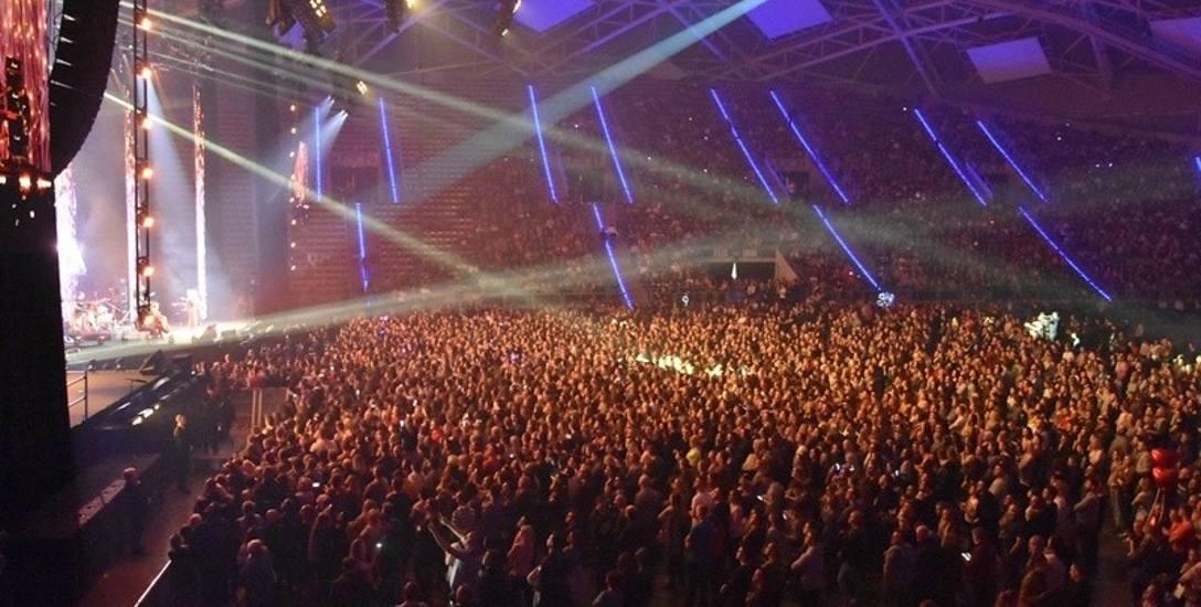 """""""Artyści przeciw nienawiści"""" - na scenie 120 wykonawców, przed sceną kilkanaście tysięcy widzów."""