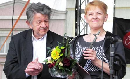 Jolanta Fierek cieszy się z tytułu Mecenasa Sztuki. Obok inicjator tej nagrody - Janusz Trzebiatowski