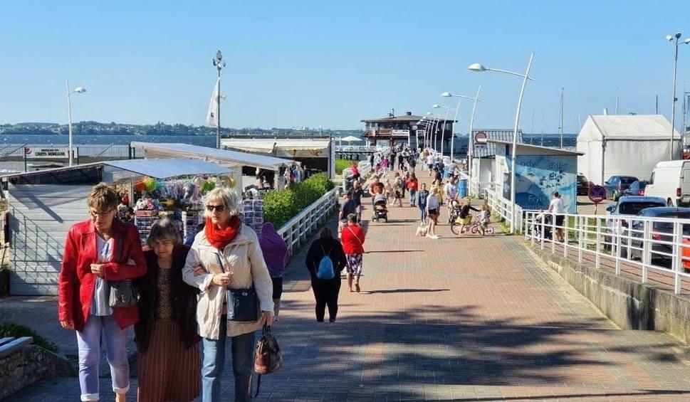 Film do artykułu: Pomorskie: W długi weekend zakorkowane drogi na Półwysep Helski. W Pucku jak w sezonie: pozajmowane parkingi, otwarta gastronomia i pamiątki
