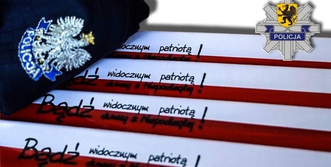 """Takie odblaskowe opaski mundurowi  będą rozdawać  w najbliższych dniach na pomorskich drogach oraz w okolicy cmentarzy. Policyjna akcja """"Znicz"""" potrwa"""