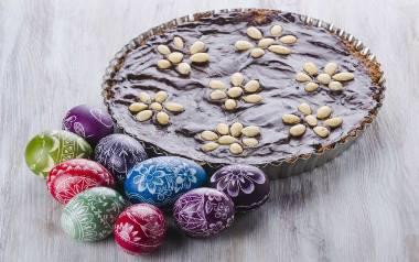 Kształt ciasta na mazurek najczęściej jest prostokątny, owalny lub okrągły