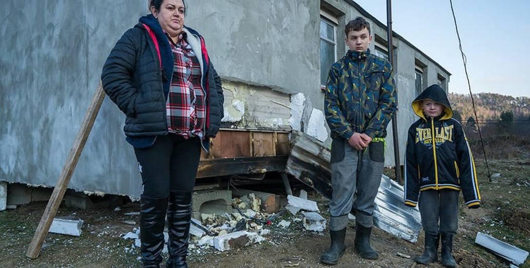 Brończykowie po ubiegłorocznym pożarze zamieszkali tymczasowo w podarowanym im przez przedsiębiorcę z Chełmca domku holenderskim. W minioną niedzielę