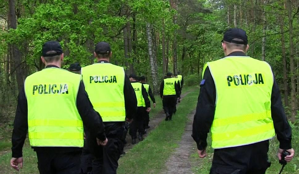 Film do artykułu: 71-latek wyszedł do lasu i się zgubił. Szukali go żarscy policjanci i strażacy