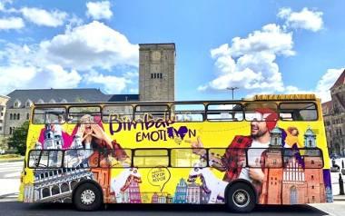 Tego lata turyści mogą zwiedzać Poznań żółtym, dwupiętrowym autobusem z odkrytym dachem. Dodatkową atrakcją są organizowane na jego pokładzie szybkie