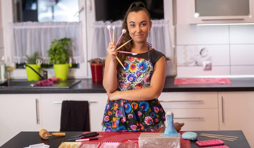 Film do artykułu: Paulina Kwiatkowska z odrobiny mąki, lukru oraz wielkiej pasji tworzy słodkie dzieła sztuki. Aż żal zjadać jej torty [ZDJĘCIA]