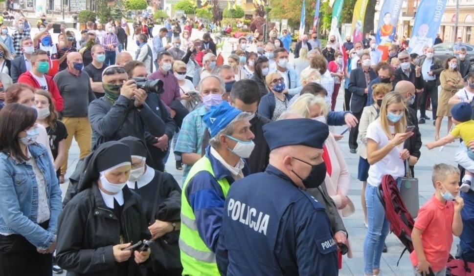 Film do artykułu: Tłum ruszył w kierunku biskupa pod papieską bazyliką w Wadowicach na urodzinach papieża. Interweniowała policja [WIDEO, ZDJĘCIA]