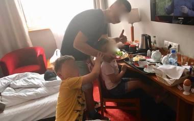 """Tata z wówczas 6-letnią córką i 7-letnim synem na początku lipca, po """"akcji"""", zatrzymali się w hotelu w Toruniu"""