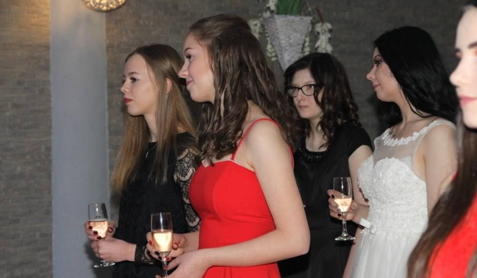 Film do artykułu: Studniówka 2019 III LO im. Norwida w Będzinie: Maturzyści III Liceum Ogólnokształcącego bawili się na balu maturalnym ZDJĘCIA