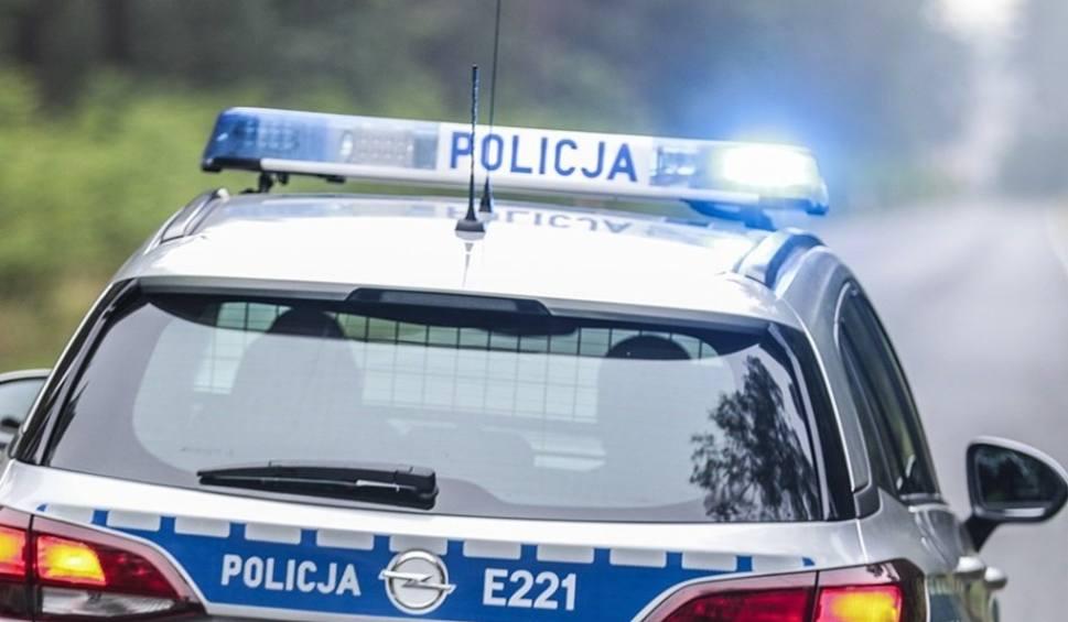 Film do artykułu: RZEPIN Motocyklista uciekał przed policją. Wjechał na przejazd kolejowy mimo zamkniętych barierek