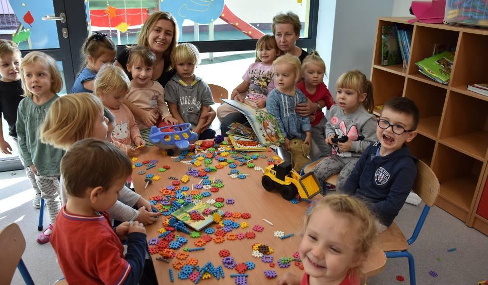 Film do artykułu: Dzieci są zachwycone nowym przedszkolem w Babicach. Będzie także żłobek w Chełmku [ZDJĘCIA]