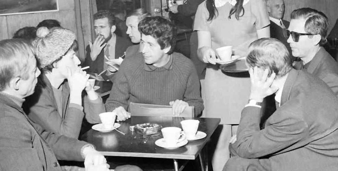 Stolik białostockich plastyków w empiku. 1970 rok. Fot. Zdzisław Zaremba.