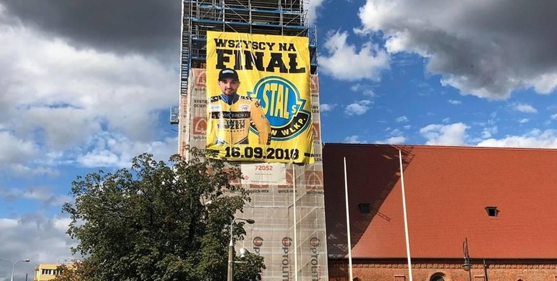 O niedzielnym finale ekstraligi żużlowej przypomina nawet baner, który zawisł na rusztowaniach remontowanej katedry.