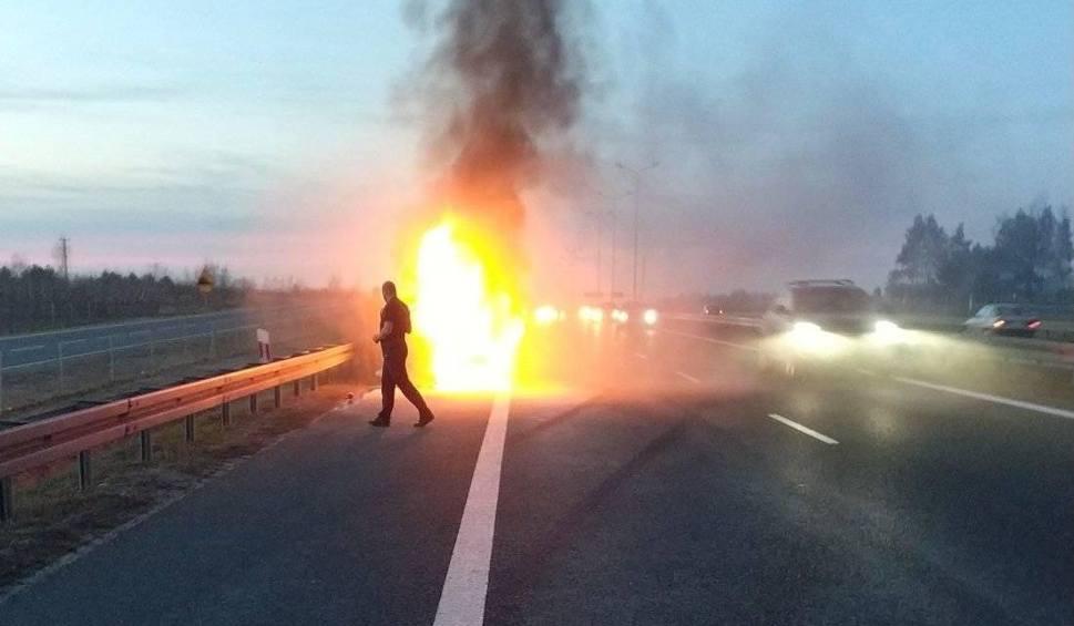Film do artykułu: Wypadek w Broniszewie. Na trasie numer 7 spłonął doszczętnie bus do przewozu osób