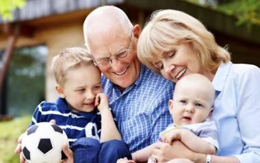 Dziadkowie mogą pomagać w wychowaniu wnuków. Dopiero, gdy rodzice o to poproszą