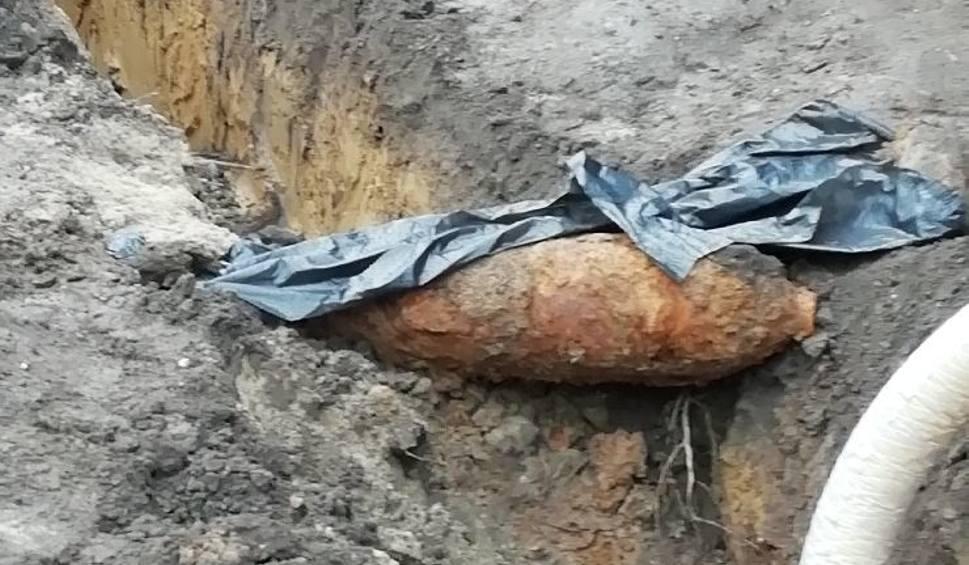 Film do artykułu: Niewybuch w Żarach: Ewakuacja 2,5 tysiąca mieszkańców jednej z dzielnic Żar. Bomba ważyła 50 kg. Zabrali ją wojskowi saperzy [ZDJĘCIA]