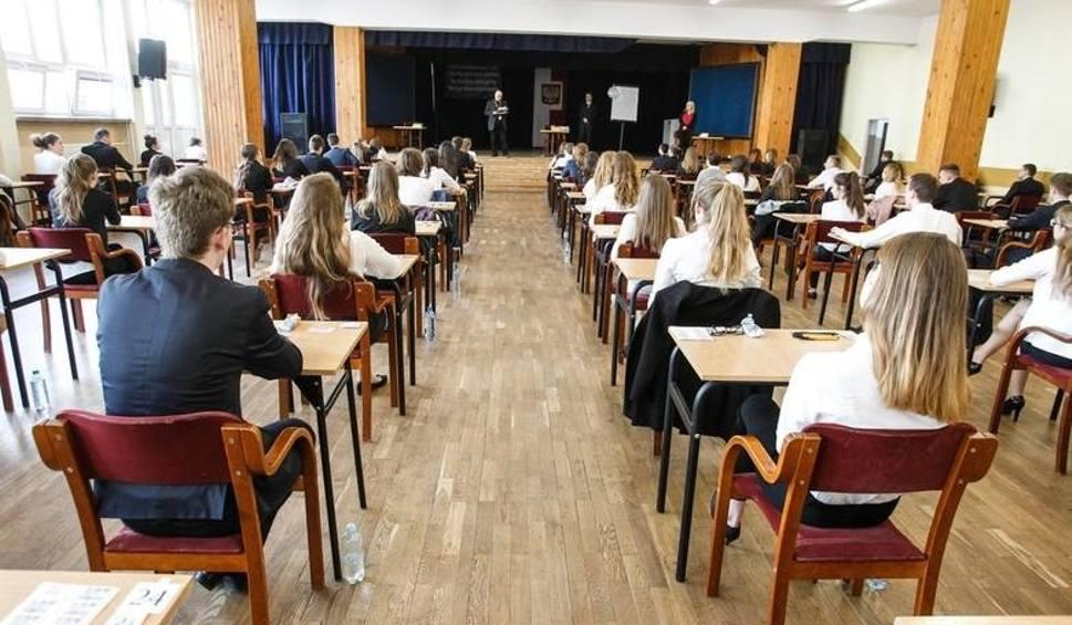 Film do artykułu: Egzamin ósmoklasisty, matura przesunięte na czerwiec. Czy takiej decyzji spodziewali się uczniowie i nauczyciele?