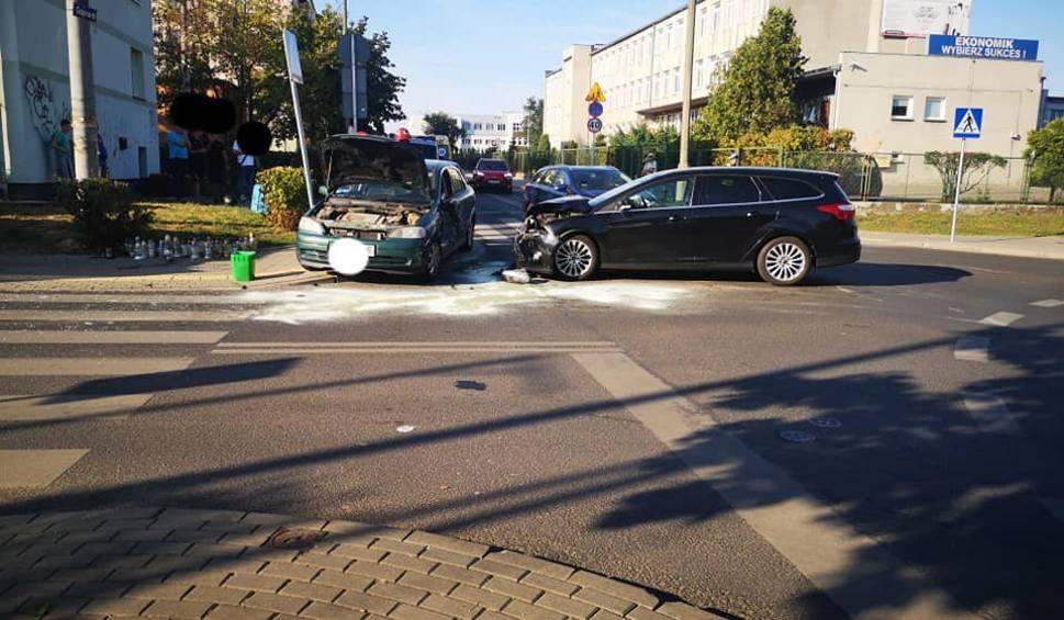 Film do artykułu: Dwa samochody i motocykl zderzyły się na ulicy Głowackiego w Bydgoszczy [zdjęcia]