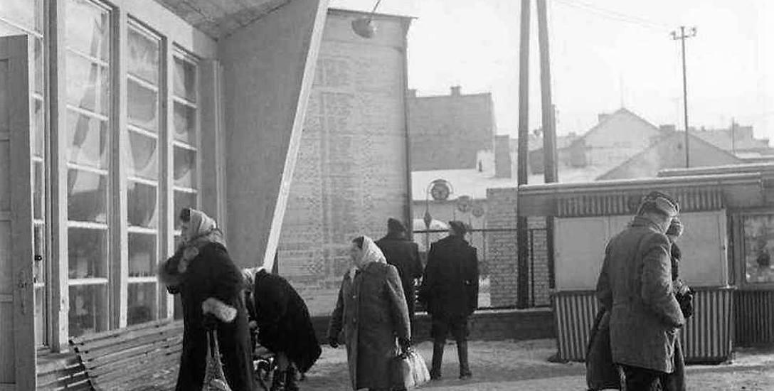 Dworzec PKS przy ul. Jurowieckiej. Został  tu ulokowany tymczasowo do chwili zbudowania nowego, funkcjonował  jednak przez ponad 20 lat.