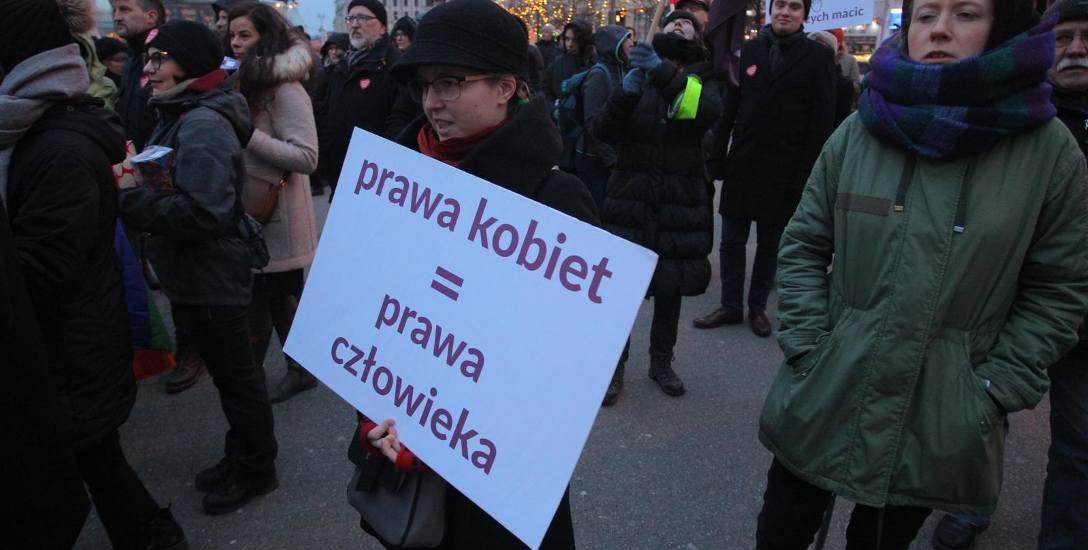 W protestach przeciwko łamaniu konstytucji i praw kobiet działacze lewicowi zdołali zgromadzić tysiące Polaków. Wybory samorządowe pokażą, czy Polacy
