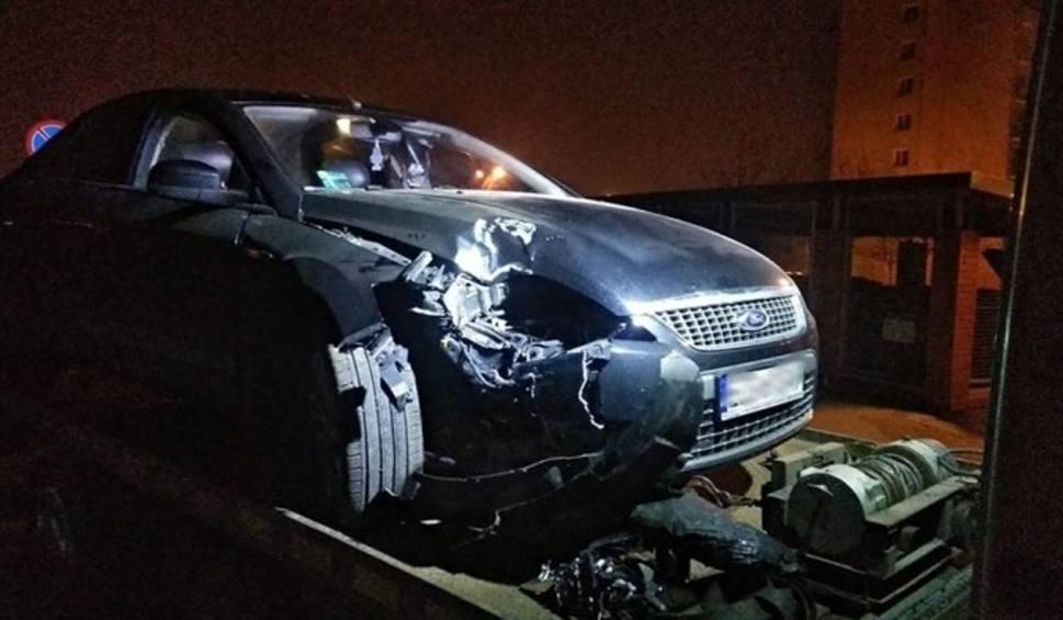 Film do artykułu: GORZÓ. Pijany kierowca forda uderzył w lampę. Wydmuchał 1,5 promila alkoholu