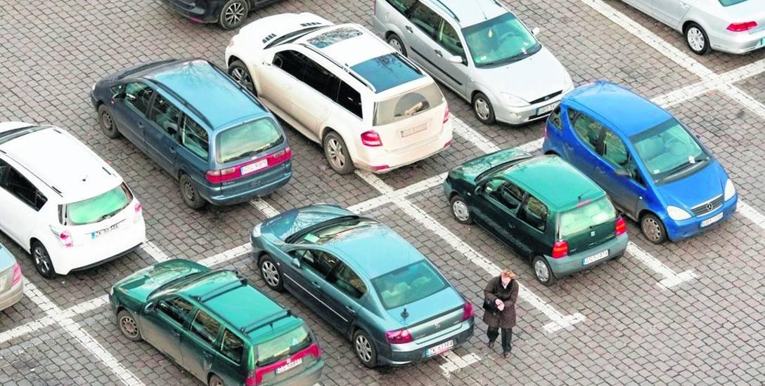 Zgodnie z przepisami parkowanie na dwóch miejscach jest wykroczeniem. Miejsca te jednak muszą być oddzielone białą linią, a nie na przykład czerwonym