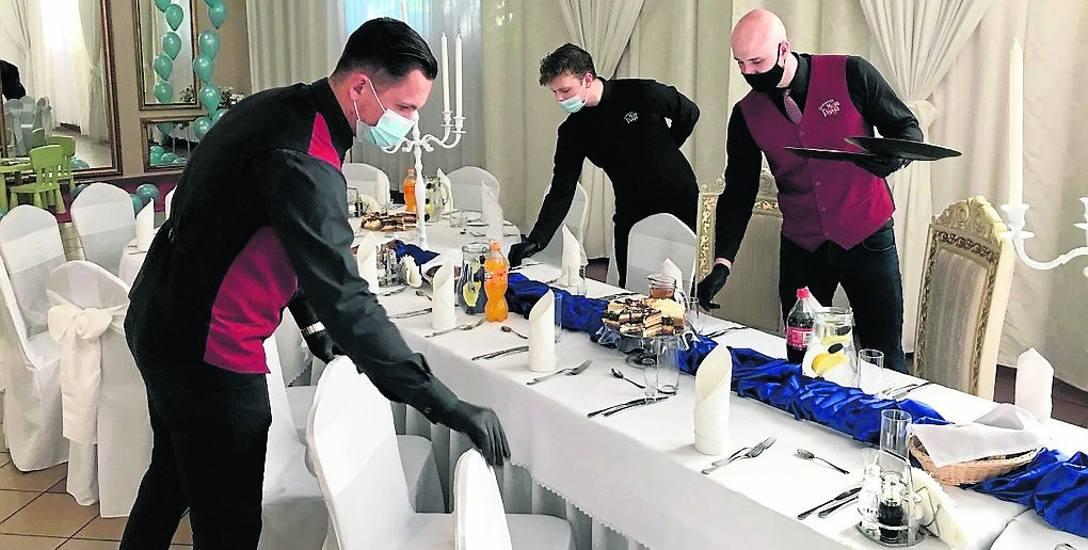 """W restauracji """"Moja Pasja"""" w Sosnowcu, podobnie jak w innych z branży weselnej, obowiązuje ścisły reżim sanitarny, a dodatkowo między przyjęciami specjalistyczna"""