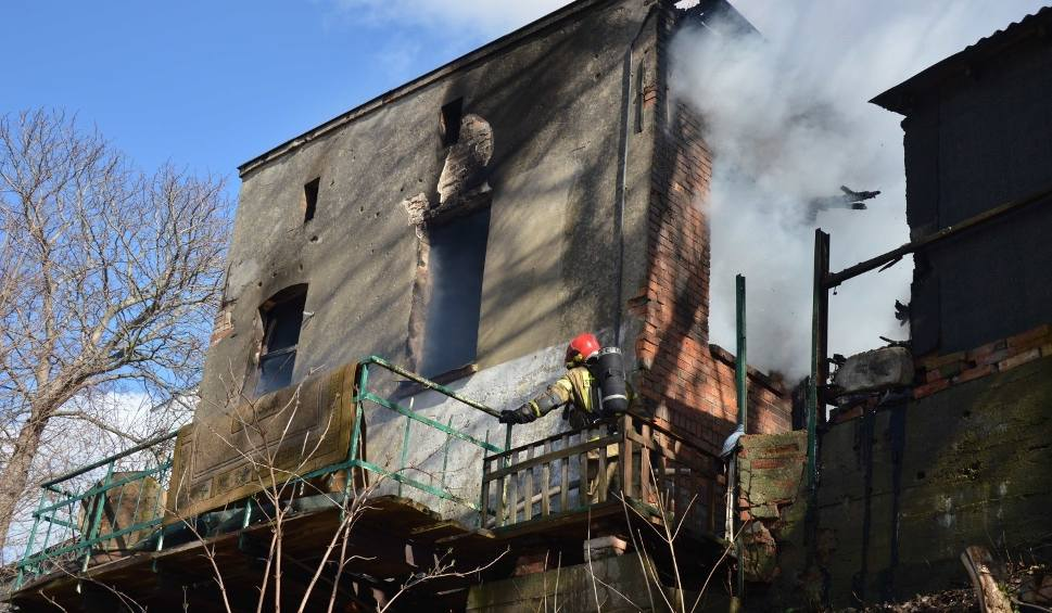Film do artykułu: Pożar w Malborku 26.03.2019. Przy Al. Armii Krajowej pali się budynek gospodarczy i samochód. Trzy osoby nie żyją [zdjęcia, wideo]